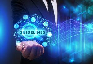 IT-Manager hält Symbol IT-Richtlinien in seiner Hand