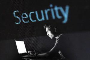 Person am PC - IT-Sicherheit