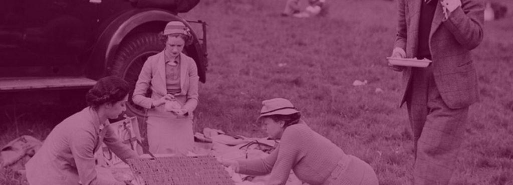Gruppe von leuten beim Picknicken