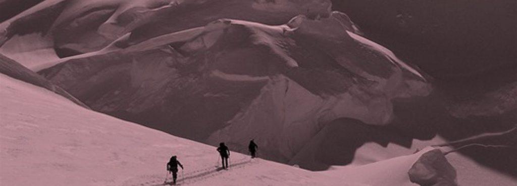 Männer wandern auf Berg zu Effektivität