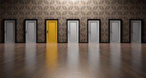 graue Türen mit einer gelben Tür als Symbol für Entscheidungen mit der Carver-Matrix