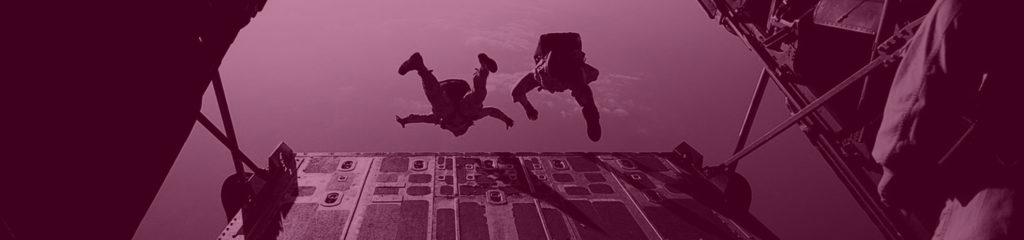 Männer springen aus Flugzeug