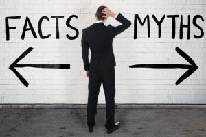 mann steht vor wand mit 2 Ootionen: Myths or fact