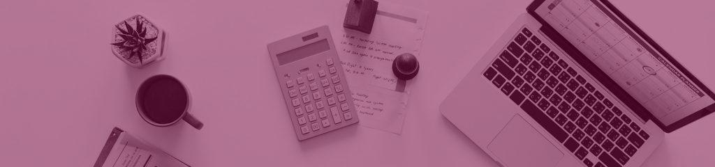 Schreibtisch mit Validierungswerkzeugen