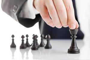 Manager bewegt Schachfiguren
