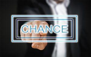 """Hand zeigt auf Schriftzug """"Chance"""""""